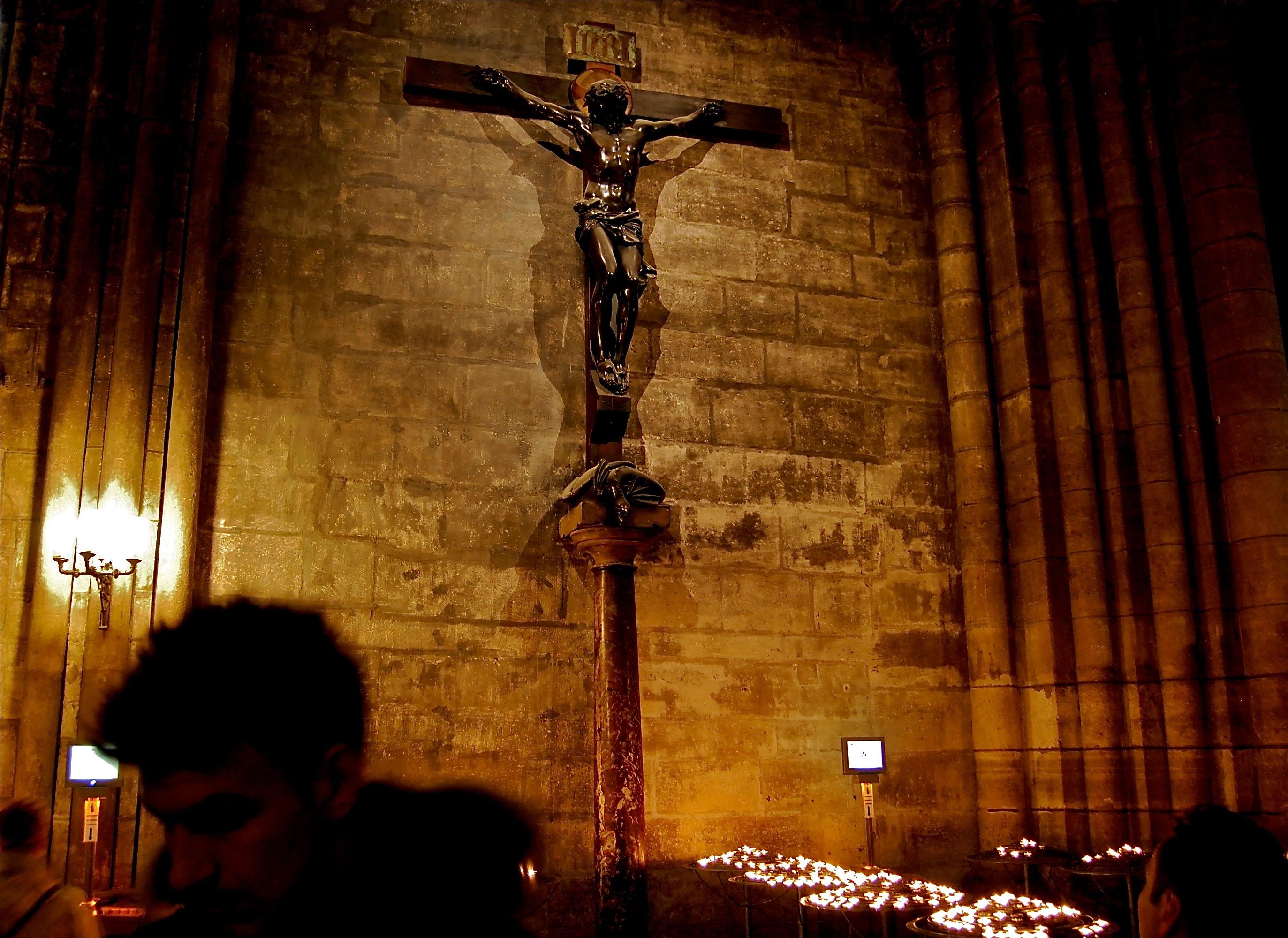 notre dame de paris crucifix
