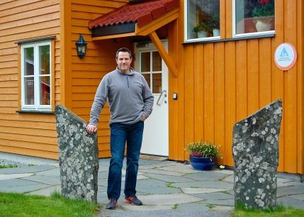 Lon in front of the Flåm Hostel
