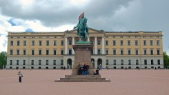 Here we are in front of the Royal Palace and the Statue of King Karl III John of Norway